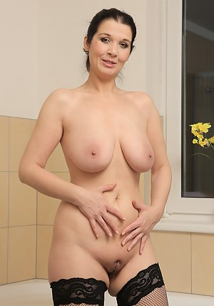 Free Moms Shaved Pussy Porn Pictures
